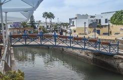 Één van de vele bruggen over het estuarium in Puerto DE Mogan op Gran Canaria Royalty-vrije Stock Foto's