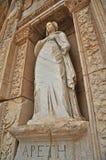 Één van de verscheidene standbeelden op de voorzijde van de gevierde bibliotheek in Ephesus Stock Afbeeldingen