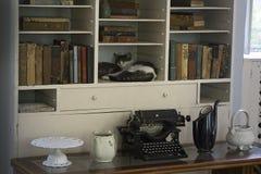 Één van Ernest Hemingway ` s zes tenenkatten die in zijn boekenkast in zijn het schrijven ruimte slapen Stock Foto's