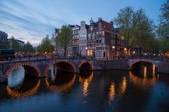Één van het beroemde kanaal van Amsterdam, Nederland bij schemer Royalty-vrije Stock Afbeeldingen