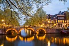 Één van het beroemde kanaal van Amsterdam, Nederland bij schemer Stock Foto's