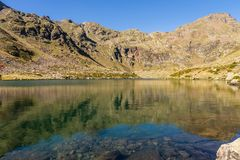 Één van het duidelijke watermeer van Estanys DE Tristaina, de Pyreneeën, Andorra royalty-vrije stock foto