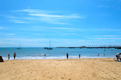 Één van het strand van Cascais in Lissabon Stock Afbeelding
