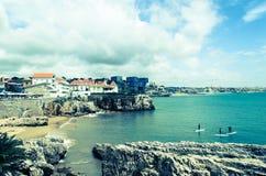 Één van het strand van Cascais in Lissabon Stock Afbeeldingen
