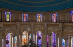 Één van het vele gebrandschilderde glas van de Basiliek van Onze Dame van Vrede Stock Fotografie
