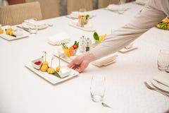 Één van kelners dient dinerplaats in een restaurant royalty-vrije stock foto