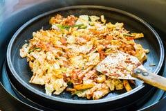 Één van Koreaanse favoriet: Koreaanse kruidig beweegt gebraden groente, kip en Koreaanse kruidige saus & x28; Gochujang& x29; in  Stock Afbeeldingen