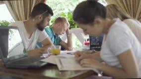 Één van studenten viel in slaap in koffie wanneer zijn vrienden bestuderen stock videobeelden