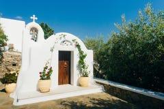 Één van vele typische kapels van Griekse Orthodoxe Kerk in Mykonos-stad stock afbeelding