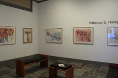 Één van verscheidene mooie ruimten met kunstwerk van diverse lokale kunstenaars, Ogunquit-Museum van Amerikaanse Kunst, Maine, 20 Royalty-vrije Stock Afbeelding