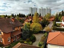één-verhaal woningbouw op achtergrond van high-rise gebouwen in Rusland royalty-vrije stock fotografie