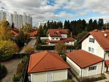 één-verhaal woningbouw op achtergrond van high-rise gebouwen in Rusland royalty-vrije stock foto