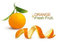 Één verse unpeeled oranje citrusvruchten met groene bladeren op stam en Spiraal gepelde die schil op witte achtergrond wordt ge royalty-vrije stock foto's