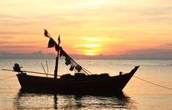 Één Vissersboot in zonsopgang Stock Foto's