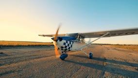 Één vliegtuig gaat langzaam op een baan klaar voor vlucht stock video