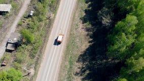 Één voertuig merkt een weg met witte verf stock videobeelden