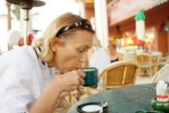 Één vrouw in koffiewinkel Stock Afbeelding