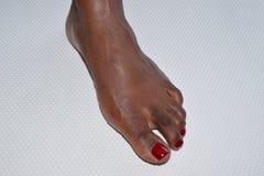 Één vrouwelijke voet die de kant op een witte achtergrond onder ogen zien Royalty-vrije Stock Afbeeldingen