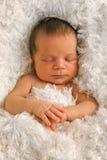 Één week oude baby op witte deken Stock Foto