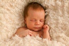 Één week oude baby op witte deken Stock Foto's