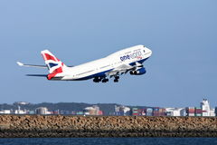 Één Wereld British Airways dat Boeing 747 opstijgt. Stock Fotografie