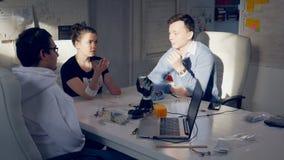 Één wetenschapper vertelt de gehandicapte meisjes hoe te om haar hand voor de robothand te bewegen om haar bewegingen te herhalen stock video
