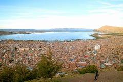 Één Wijfje die Meer Titicaca van het het Weergevenpunt van de Condorheuvel bekijken in Puno, Peru stock foto