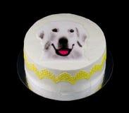 Één witte die cake met een hondgezicht wordt verfraaid Stock Afbeeldingen