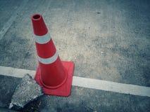Één witte oranje kegel op de weg was behandeld Royalty-vrije Stock Afbeeldingen
