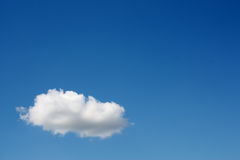 Één witte wolk in de blauwe hemel stock foto