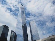 Één World Trade Center op bewolkte zonnige dag met glasbezinning royalty-vrije stock afbeeldingen