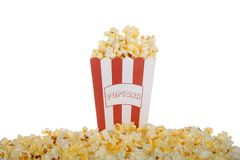 Één zak beboterde die popcorn op witte achtergrond wordt geïsoleerd Stock Foto