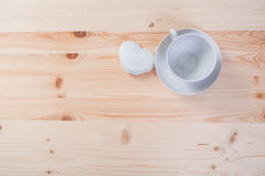 Één zuivere witte ceramische Kop en schotel en de peperkoek bevinden zich op een houten lijst Stock Afbeelding
