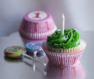 Éénjarige hapy verjaardag cupcake en lollys Stock Fotografie