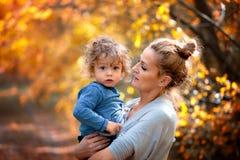 1 éénjarigejongen met moeder Royalty-vrije Stock Fotografie