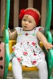 Éénjarigen aanbiddelijk weinig zitting van het kindmeisje op een schommeling bij de zomer Royalty-vrije Stock Afbeeldingen