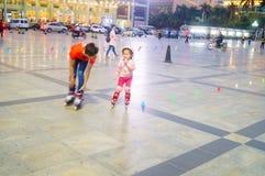 3 éénjarigen Chinese meisje het praktizeren katroloefening Stock Afbeelding