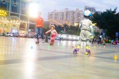 3 éénjarigen Chinese meisje het praktizeren katroloefening Stock Afbeeldingen