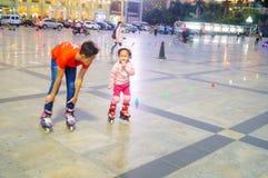 3 éénjarigen Chinese meisje het praktizeren katroloefening Royalty-vrije Stock Fotografie