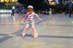 3 éénjarigen Chinese meisje het praktizeren katroloefening Royalty-vrije Stock Foto's