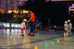 3 éénjarigen Chinese meisje het praktizeren katroloefening Royalty-vrije Stock Afbeelding