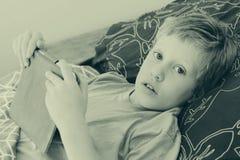 7 éénjarigen jongen het spelen met laptop Royalty-vrije Stock Afbeelding
