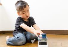 2 éénjarigen jongen het spelen met stuk speelgoed auto Stock Afbeelding