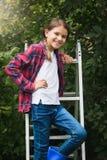 10 éénjarigen meisje het stellen bij trapladder in tuin Royalty-vrije Stock Foto's