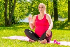 25 éénjarigen zwangere vrouw gelukkig na het uitoefenen Royalty-vrije Stock Afbeeldingen