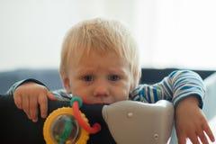 Éénjarigenbaby in voederbak stock afbeeldingen