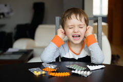 4 éénjarigenjongen die alvorens medicijn te slikken schreeuwen Stock Foto