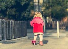 Éénjarigenmeisje die haar autoped berijden Royalty-vrije Stock Foto
