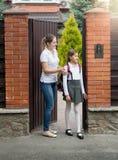 10 éénjarigenmeisje die naar school van huis gaan Stock Afbeeldingen