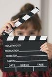 10 éénjarigenmeisje met een dakspaan van honderd in haar handen Stock Afbeelding